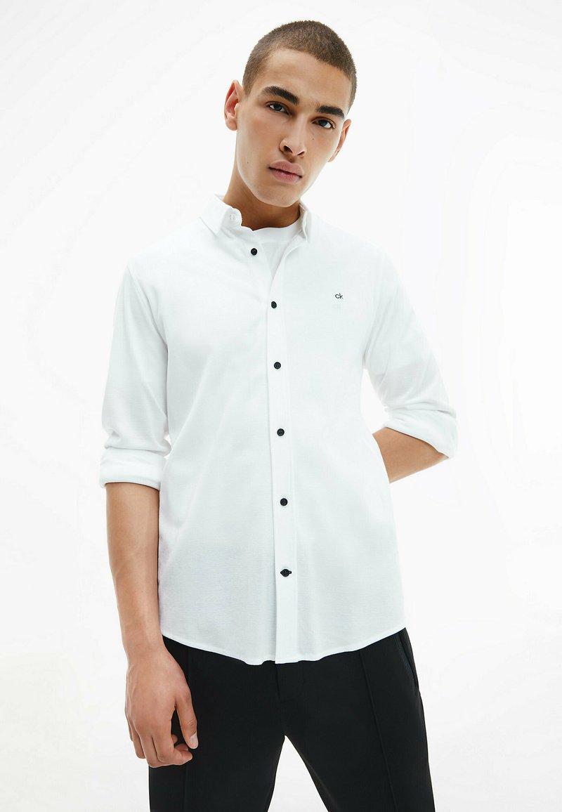 Calvin Klein - SLIM  - Formal shirt - bright white