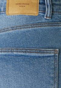 Vero Moda Petite - VMJOANA MOM - Džíny Straight Fit - light blue denim - 2