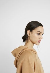 Missguided - LOOPBACK DRAWSTRING HOODY - Jersey con capucha - camel - 4