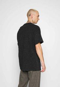 Mennace - ICE CUBE OVERSIZED WASHED TEE - T-shirt imprimé - washed black - 2