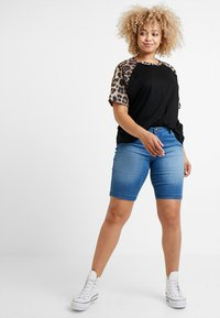 Zizzi - EMILY SLIM LEG - Shorts - light blue denim - 1