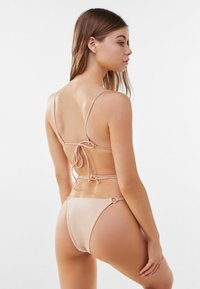 Bershka - MIT METALLRINGEN  - Bikini top - gold - 2