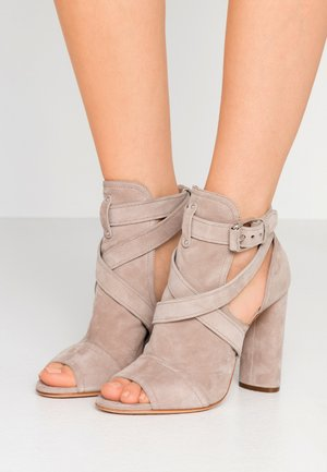Sandály na vysokém podpatku - chic