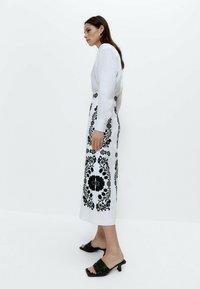 Uterqüe - MIT STICKEREI  - A-line skirt - white, black - 3