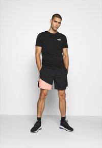 Puma - RUN LITE SHORT - Sports shorts - black/peach - 1