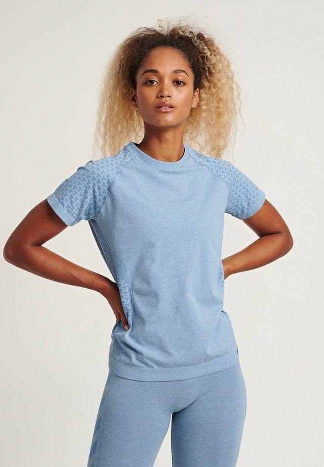 HMLCI SEAMLESS  - T-shirt med print - faded denim melange