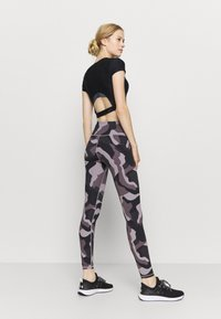 Under Armour - RUSH CAMO LEGGING - Punčochy - slate purple - 2