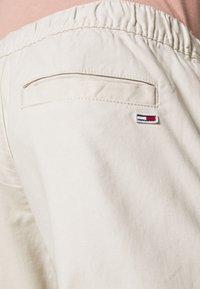 Tommy Jeans - SCANTON JOGGER DOBBY PANT - Pantalon de survêtement - light silt - 5