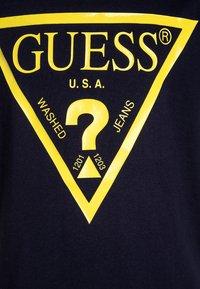 Guess - CORE JUNIOR  - T-shirt z nadrukiem - bleu/duke blue - 2