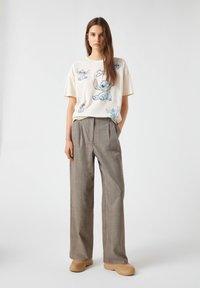 PULL&BEAR - Print T-shirt - beige - 1