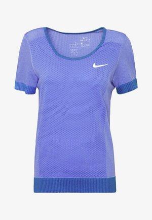 INFINITE - Camiseta estampada - sapphire/light thistle