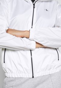 Calvin Klein Jeans - LARGE LOGO HOODED ZIP THROUGH - Summer jacket - bright white - 4