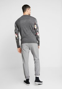New Look - ALL OVER PENGUIN CREW - Sweter - dark grey - 2