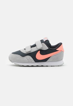VALIANT - Zapatillas - off noir/atomic pink/grey fog/white