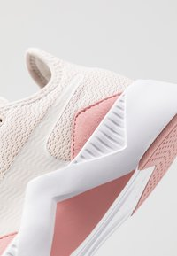 Puma - INCITE FS SHIFT - Gym- & träningskor - pastel parchment/bridal rose/white - 5