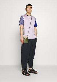 Paul Smith - GENTS OVERSIZE STRIPED SLEEVE - T-shirt imprimé - lila - 1
