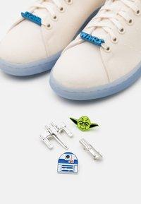 adidas Originals - DISNEY STAR WARS STAN SMITH SHOES UNISEX - Trainers - chalk white/footwear white/bright blue - 5
