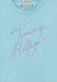 Tommy Hilfiger - SCRIPT PRINT - Print T-shirt - frost blue - 2