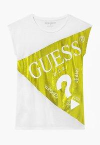 Guess - JUNIOR - T-shirt z nadrukiem - shiny light green - 0