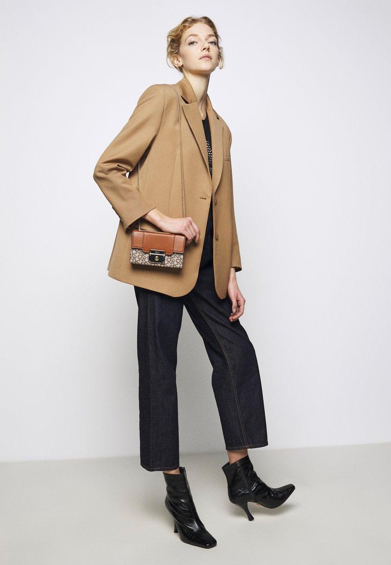 DKNY - HEIDI CONVERTIBLE  - Across body bag - chino/caramel