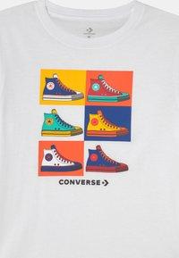 Converse - POP ART CHUCKS TEE UNISEX - T-Shirt print - white - 2