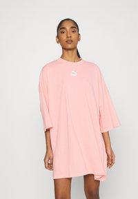 Puma - CLASSICS TEE DRESS - Jerseyjurk - apricot blush - 0