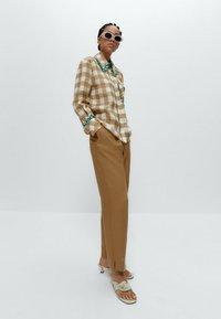 Uterqüe - MIT VICHYKAROS  - Button-down blouse - camel - 4