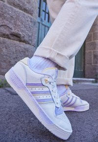 adidas Originals - RIVALRY - Trainers - cloud white/offwhite/purple tint - 2