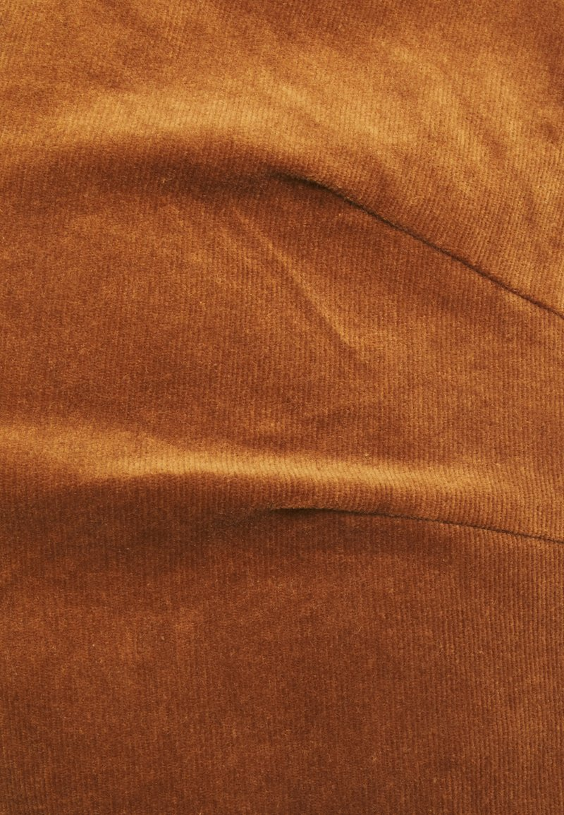 MAMALICIOUS MLNEWNASSAU PINAFORE DRESS - Freizeitkleid - rubber/ocker q3EAmX