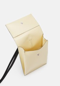 Marni - PHONE CASE - Taška spříčným popruhem - soft beige/garden green - 3