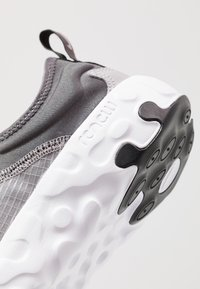 Nike Sportswear - RENEW LUCENT - Sneakers basse - atmosphere grey/black/thunder grey/white - 2