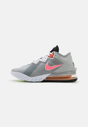 LEBRON XVIII LOW - Chaussures de basket - light smoke grey/sunset pulse/black/white