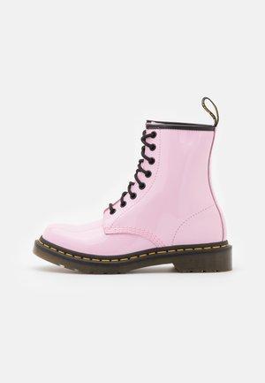 1460 - Šněrovací kotníkové boty - pale pink