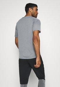 Nike Performance - BRTHE - Camiseta estampada - grey fog/particle grey/reflective silver - 2