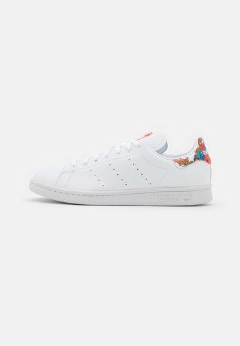VEGAN STAN SMITH - Zapatillas - footwearr white/collegiate royal/vivid red