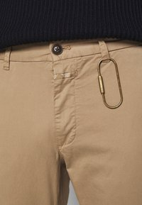 CLOSED - CLIFTON  - Trousers - beige - 4
