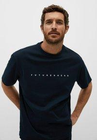Mango - FUTURE-I - T-shirt print - bleu marine foncé - 3