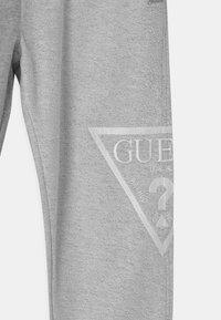 Guess - JUNIOR ACTIVE  - Teplákové kalhoty - light heather grey - 2