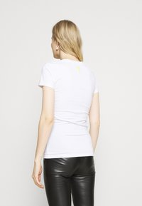 Guess - JANEL TEE - T-shirt con stampa - true white - 2