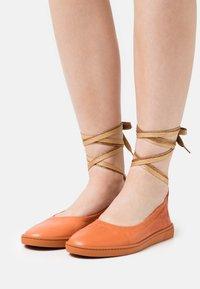 Oa non fashion - Ankle strap ballet pumps - frappe - 0