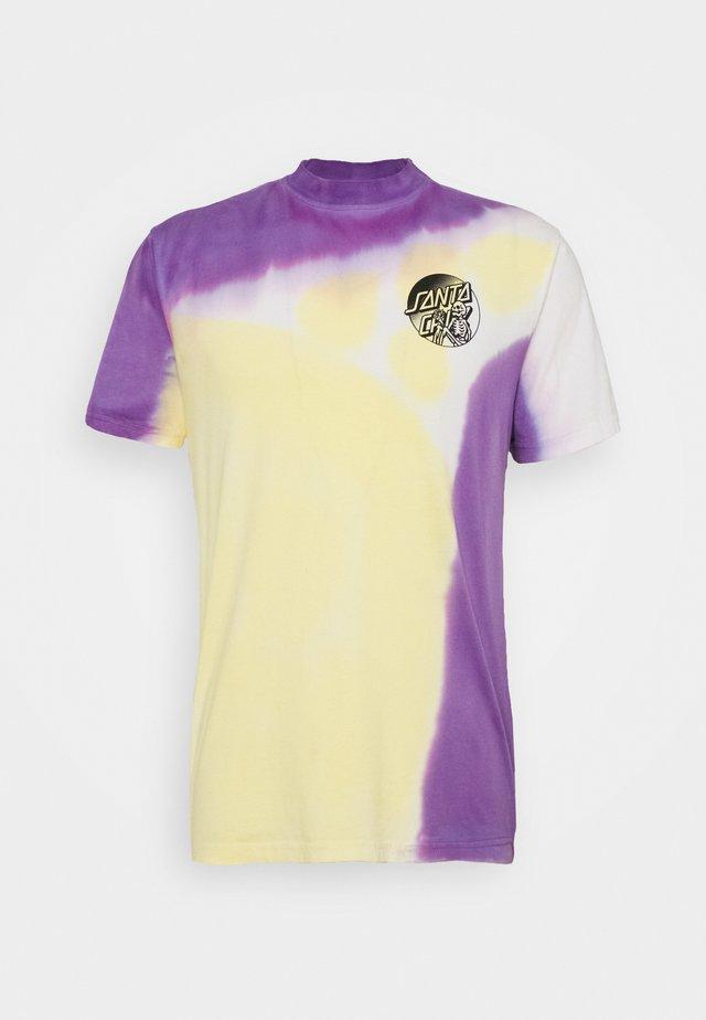 DOPE PLANET - T-shirts med print - yellow/ purple fold dye