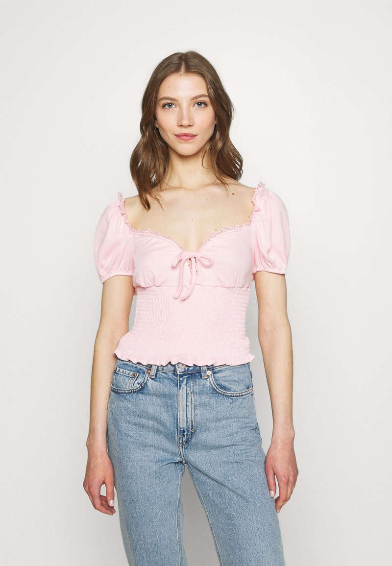 Glamorous - SMOCKED CROP WITH PUFF SHORT SLEEVES - Print T-shirt - baby pink