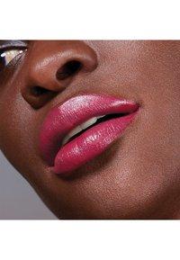 Maybelline New York - COLOR SENSATIONAL THE CREAMS - Lipstick - pink pose - 2