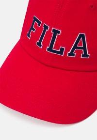 Fila - PANEL HERITAGE LOGO UNISEX - Cap - true red - 3