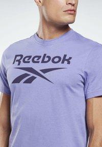 Reebok - GRAPHIC SERIES REEBOK STACKED TEE - Print T-shirt - purple - 3