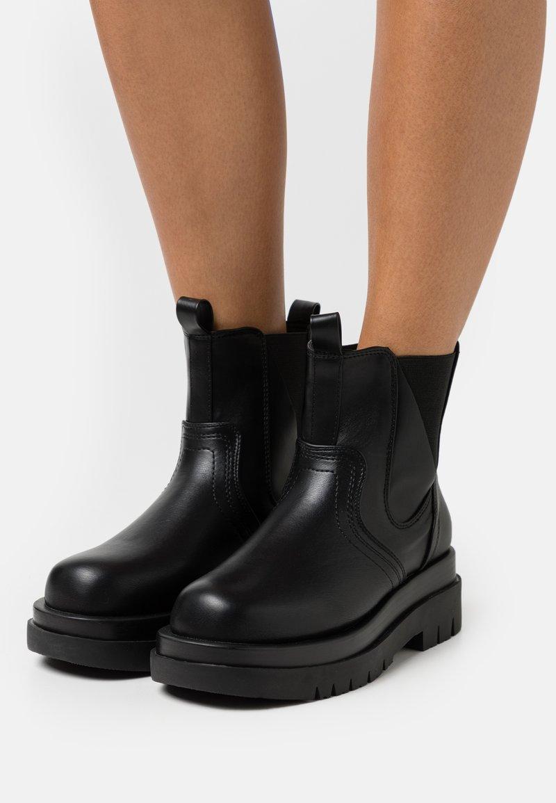 RAID - BRAZEN - Kotníkové boty na platformě - black