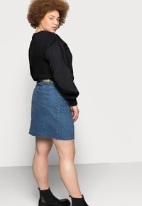 Vero Moda Curve - VMMIKKY RAW SKIRT MIX - Mini skirt - medium blue denim - 3