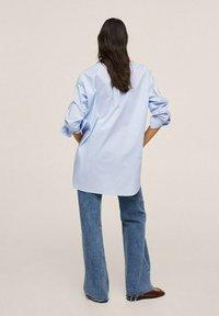 Mango - À POCHE - Button-down blouse - bleu ciel - 2