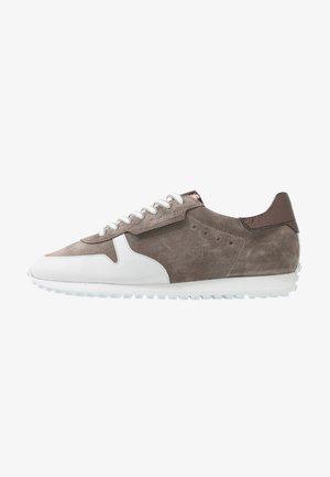 CLUB - Sneakersy niskie - taupe/bianco/bronze/schwarz