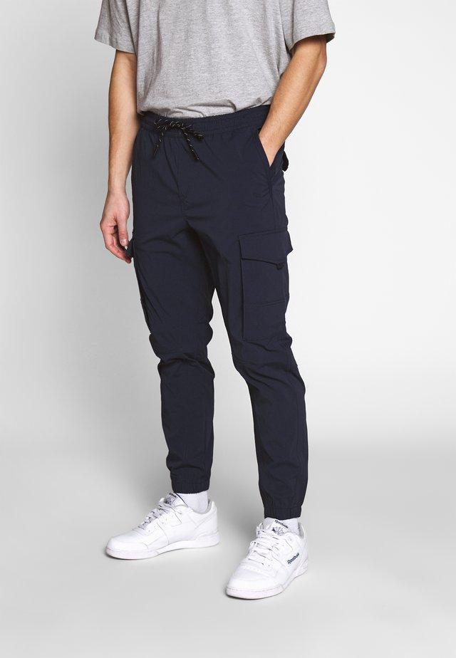 JJIGORDON JJFLAKE - Pantalon cargo - navy blazer
